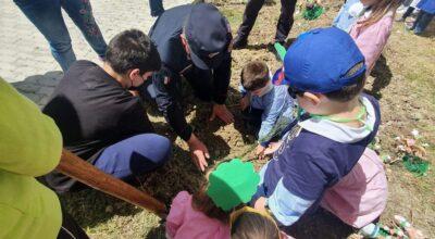 """Sostenibilità ambientale """" Un albero per il futuro"""" iniziativa presso il polo scolastico."""