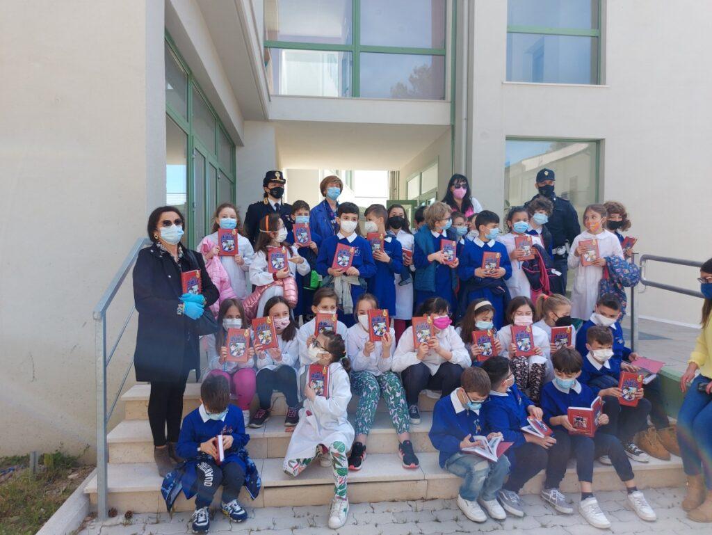 """I bambini della scuola primaria di Agnone hanno accolto con entusiasmo il """"Mio Diario"""" della Polizia di Stato"""